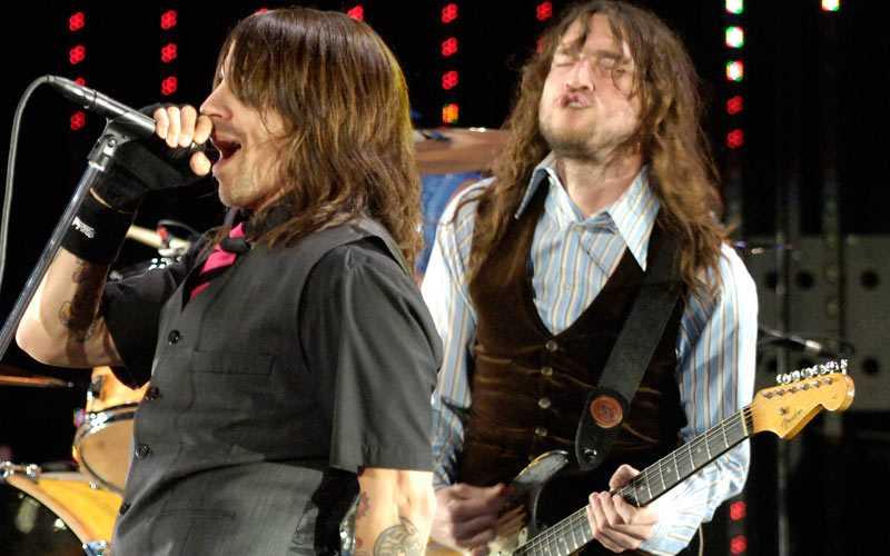 John Frusciante (till höger) från Red Hot Chili Peppers har blivit framröstad som världens bästa gitarrist.