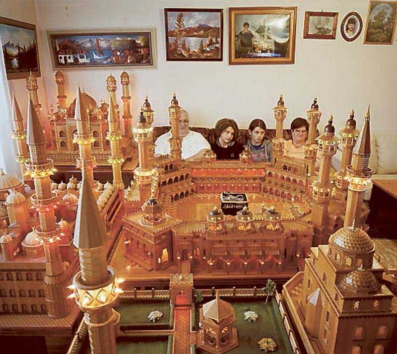 Salih Mujcinovic har byggt en miniatyrmoské på tv-bänken i vardagsrummet.