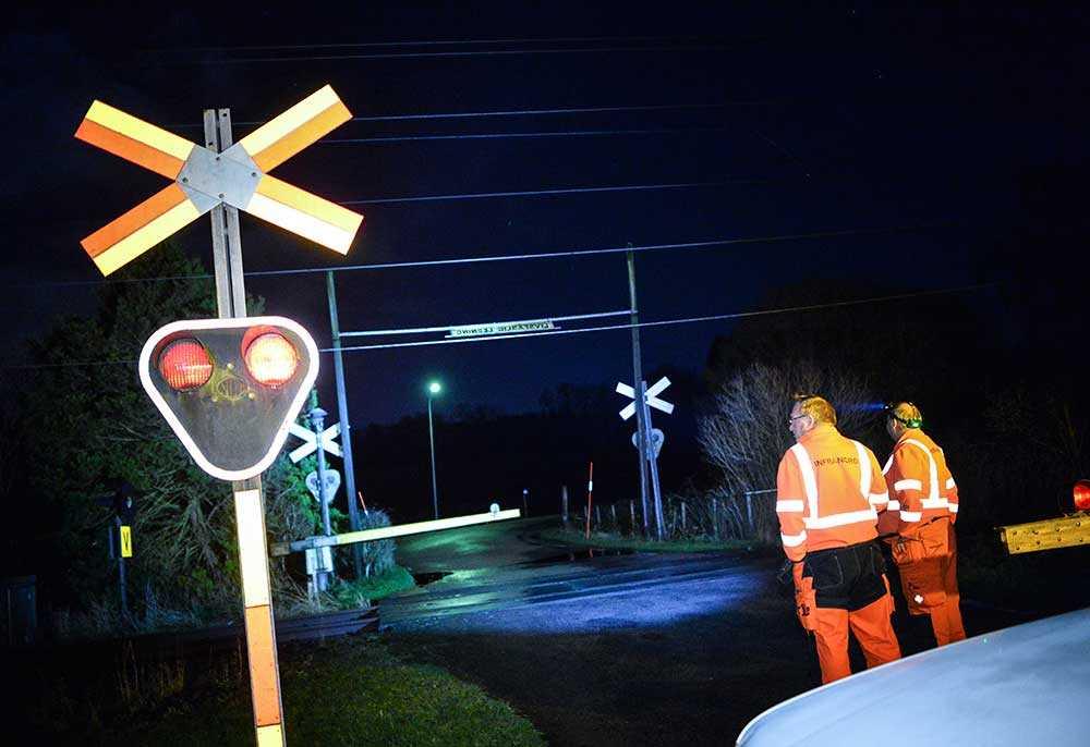 Personal från Infranord spärrar av en järnvägsövergång i Spannarp utanför Helsingborg där kontaktledningen hänger ner efter stormen Gorm natten till måndagen. När stormen Gorm slog till vid midnatt natten till måndagen nådde vindstyrkorna över 30 m/s.