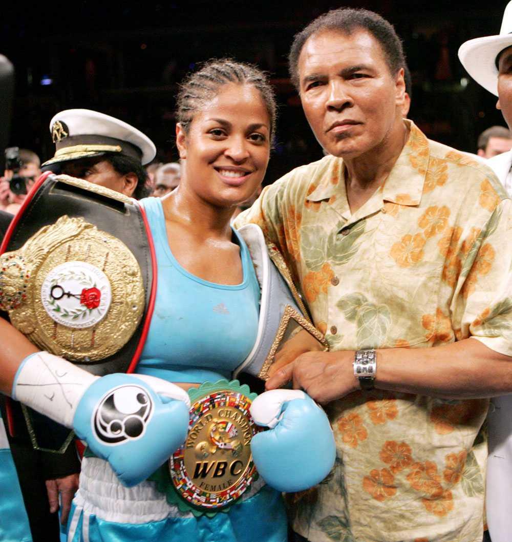 Sådan far, sådan dotter Hon gick i sin fars fotspår, Laila Ali. Här har hon vunnit mot Erin Toughill 2005. Pappa Muhammad står vid hennes sida.
