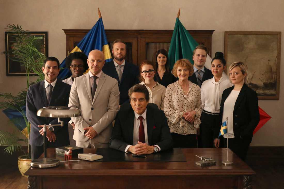 """Viaplays nya komediserie """"Ambassadören"""" beräknas ha premiär 2020. Pressbild."""