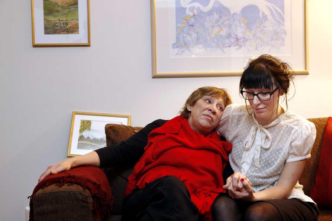 Kom i kläm Annica Holmquist drabbades av tumörsjukdomen akromegali för sex år sedan och har inte kunnat arbeta sedan dess. År 2010 blev hon utförsäkrad. Fyra månaders kamp senare – genom bland annat bloggande av dottern Emelie – fick hon dock sin sjukersättning tillbaka.