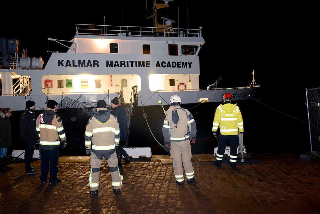 Under natten tilltog stormen i styrka på östkusten. Ölandsbron stängdes för trafik och en räddningstjänsten jobbade med att fånga in en båt som slitit sig i Kalmar.