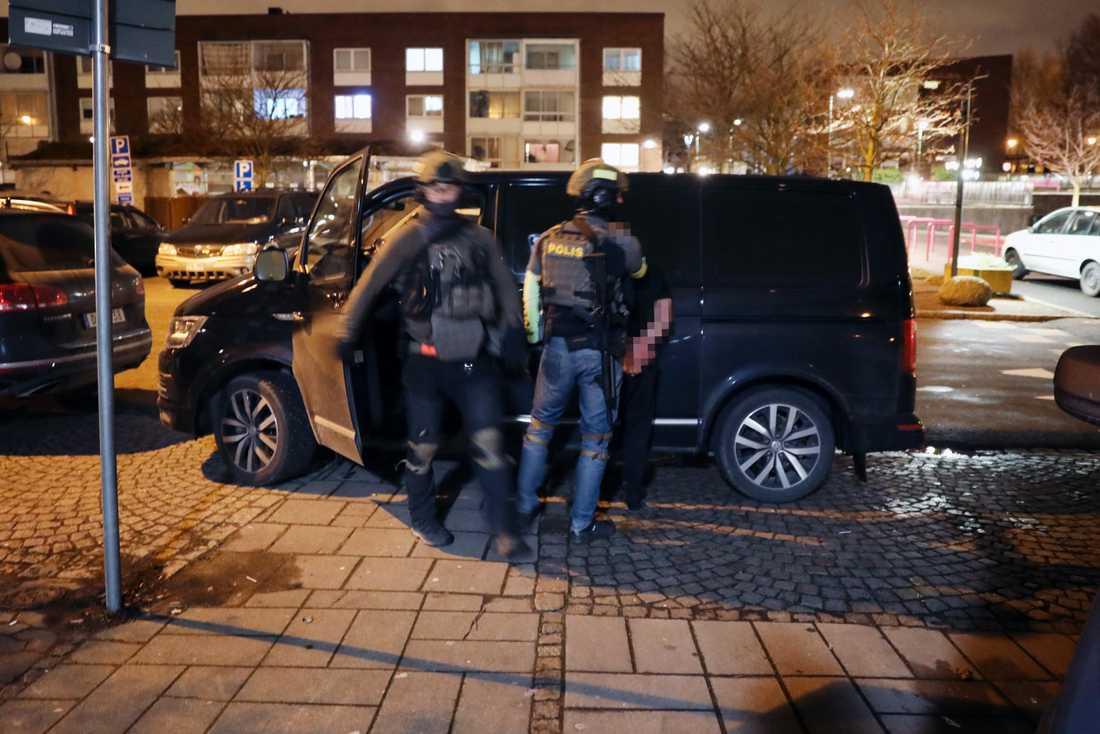 Polisen griper ytterliggare en person.