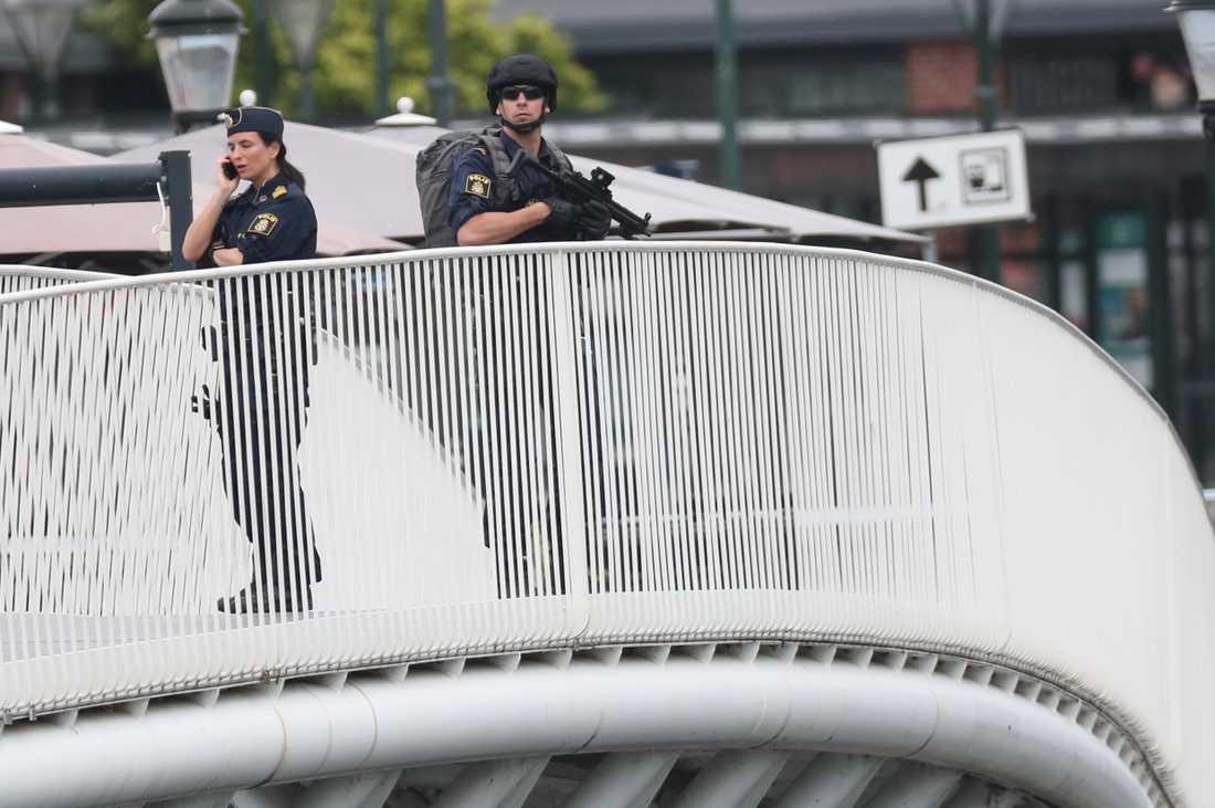 Polisen hårdbevakar publika platser efter skottdramat.