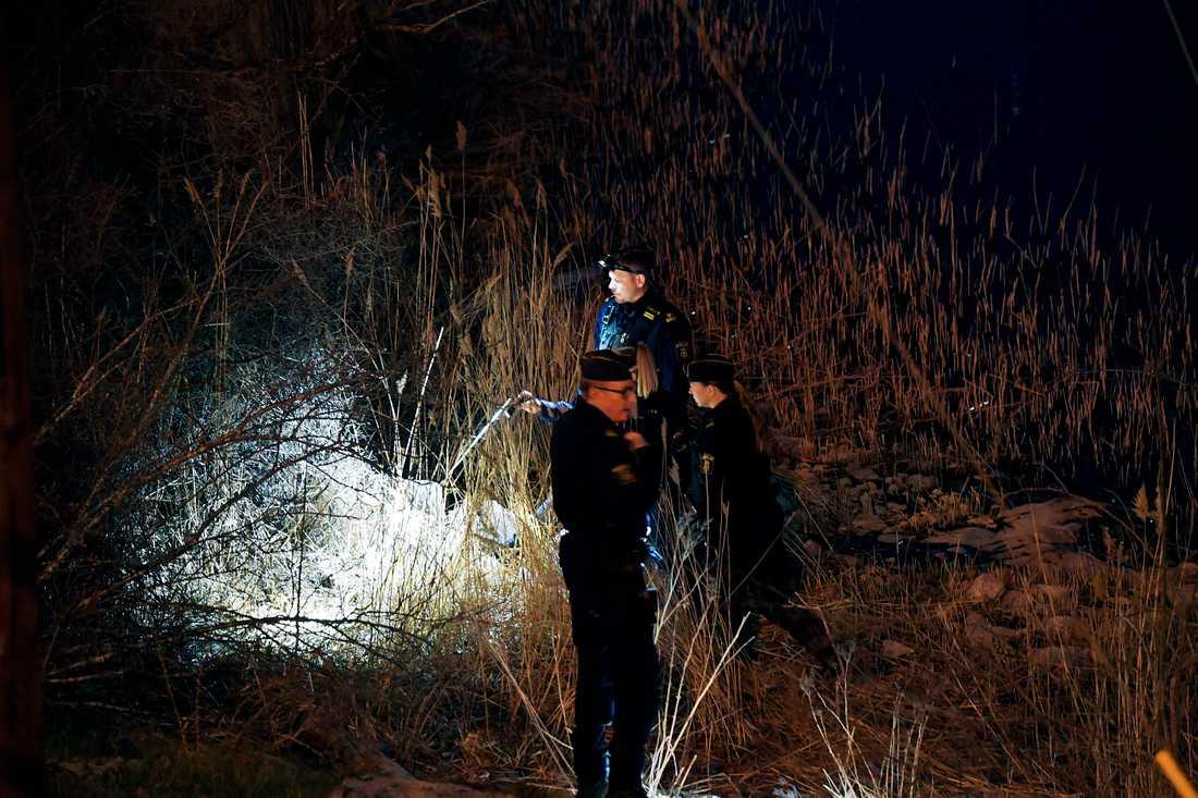 Polisens tekniker undersöker platsen där kroppen hittades.