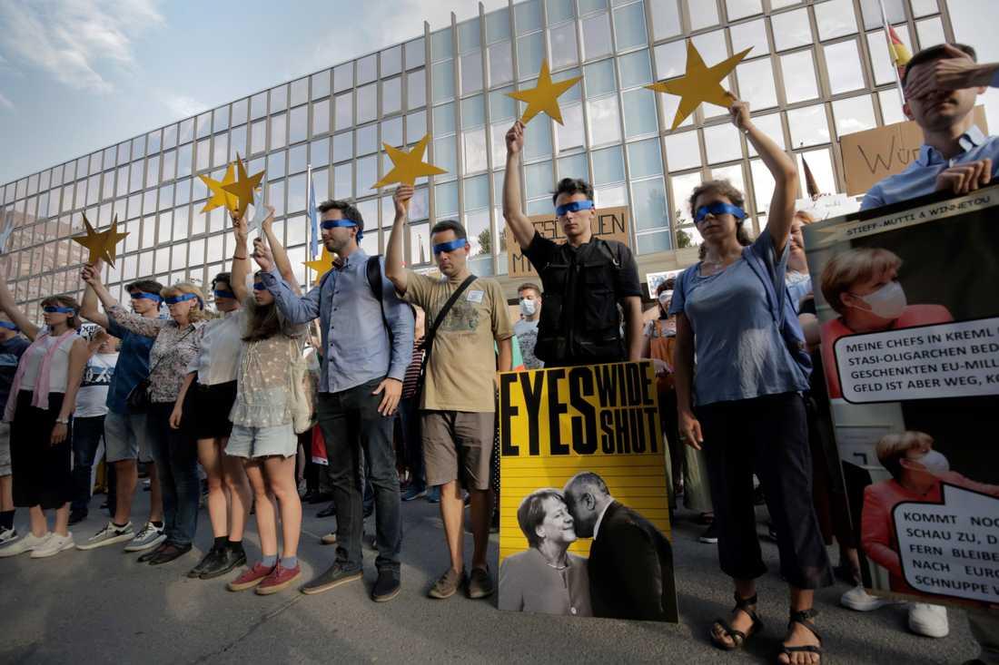 Demonstranter blundar och håller upp stjärnor som ska symbolisera EU:s medlemsstater i samband med en protest i mitten av augusti. Många av de som protesterar anser att EU har varit för tyst om den omfattande korruption i Bulgarien som de vill sätta ljuset på.