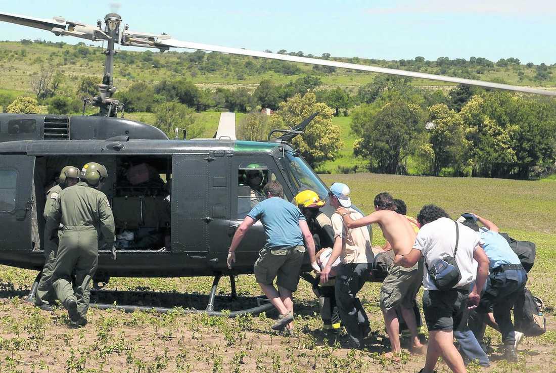 Tre personer fick föras till sjukhus med helikopter.