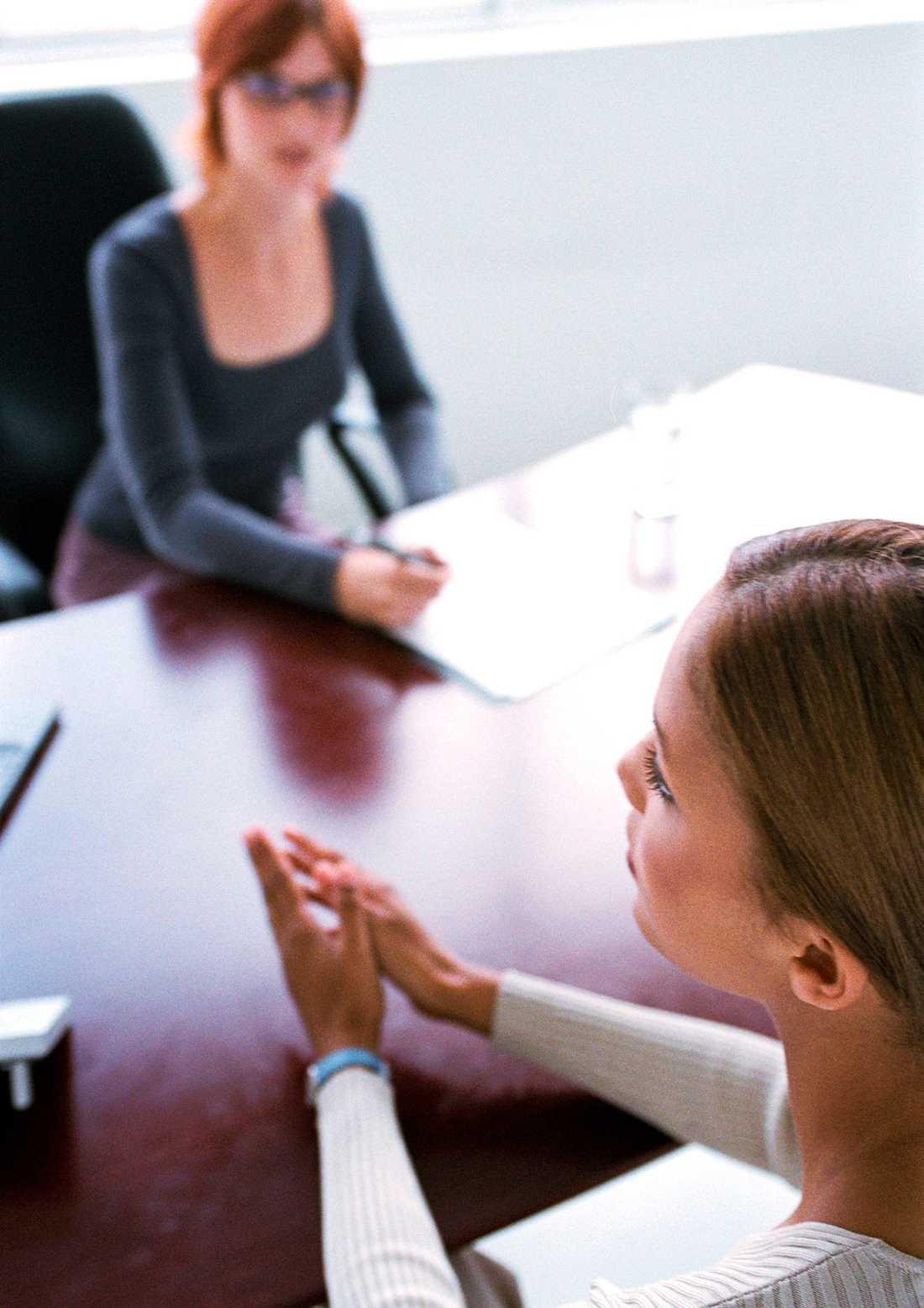 De första sekunderna under lönesamtalet kan vara avgörande för om det blir någon löneförhöjning.