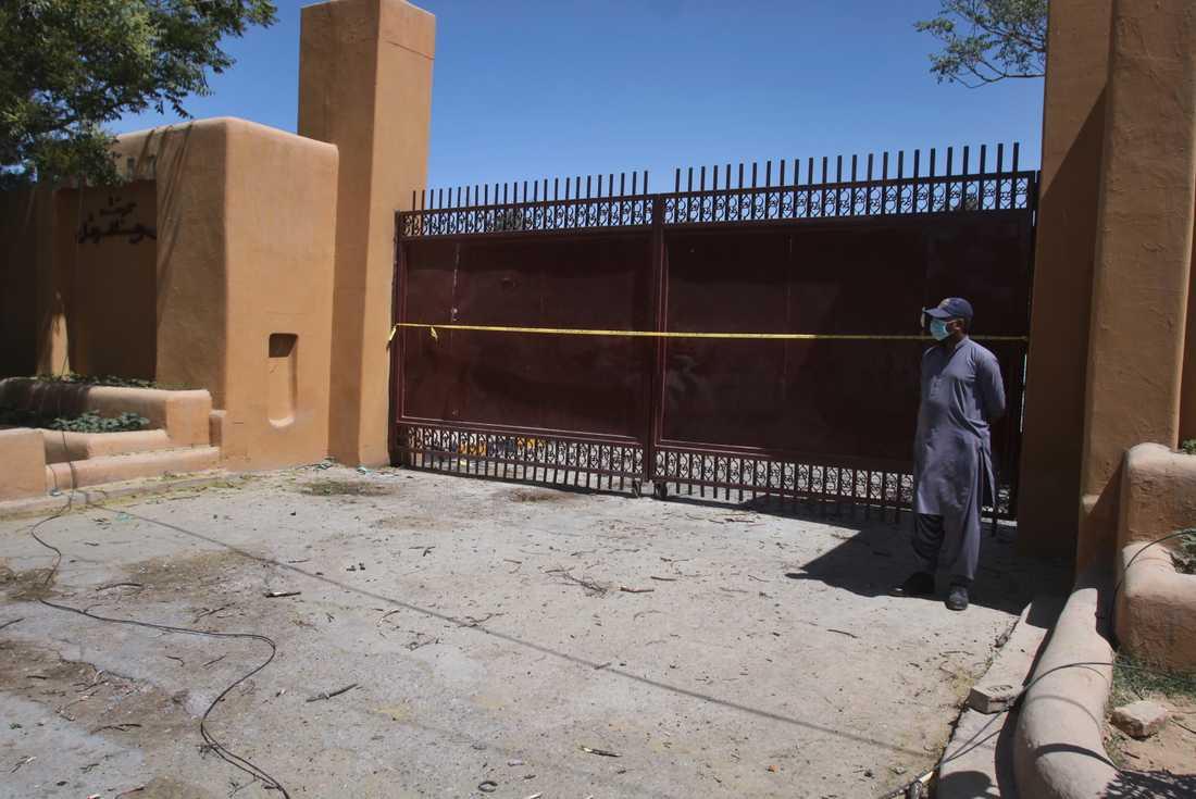 En vakt håller ställningarna utanför lyxhotellet Serena som skakats av ett bombdåd.