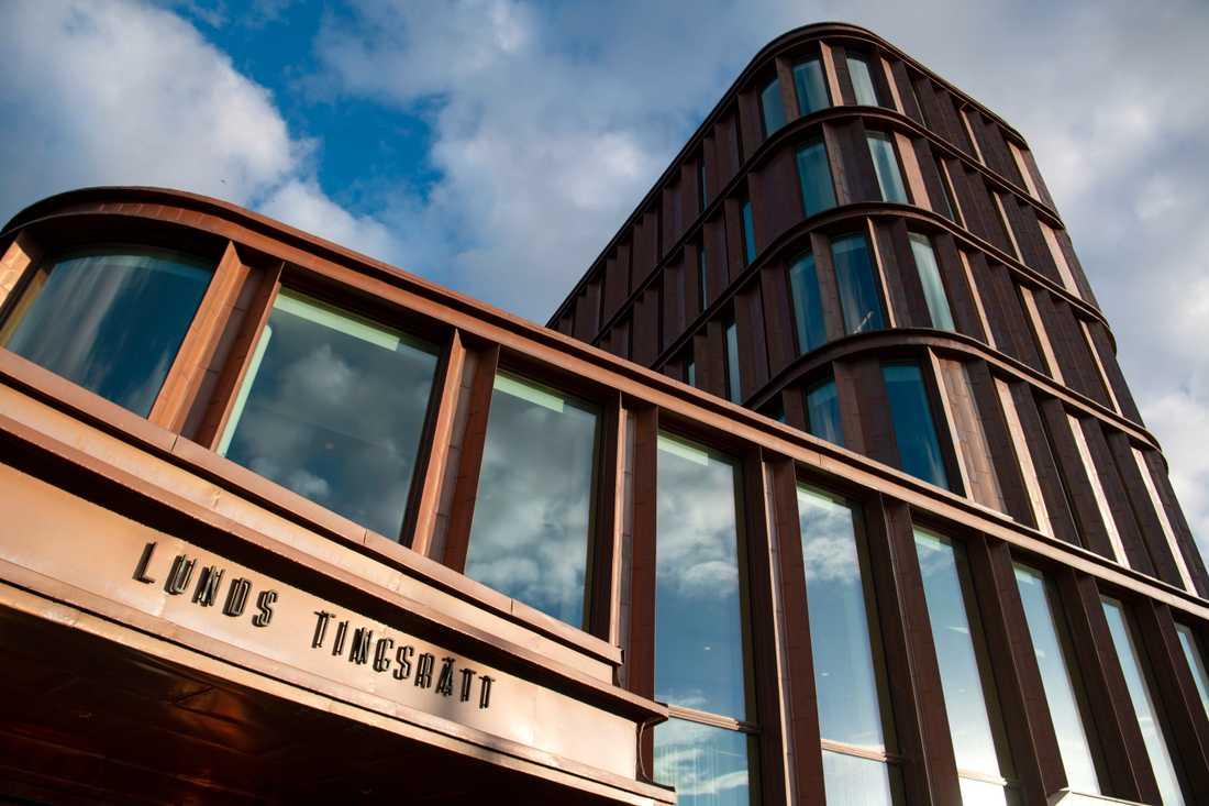En man döms i Lunds tingsrätt till två års fängelse för allmänfarlig ödeläggelse efter att en sprängladdning detonerade utanför polishuset i Staffanstorp. Arkivbild.