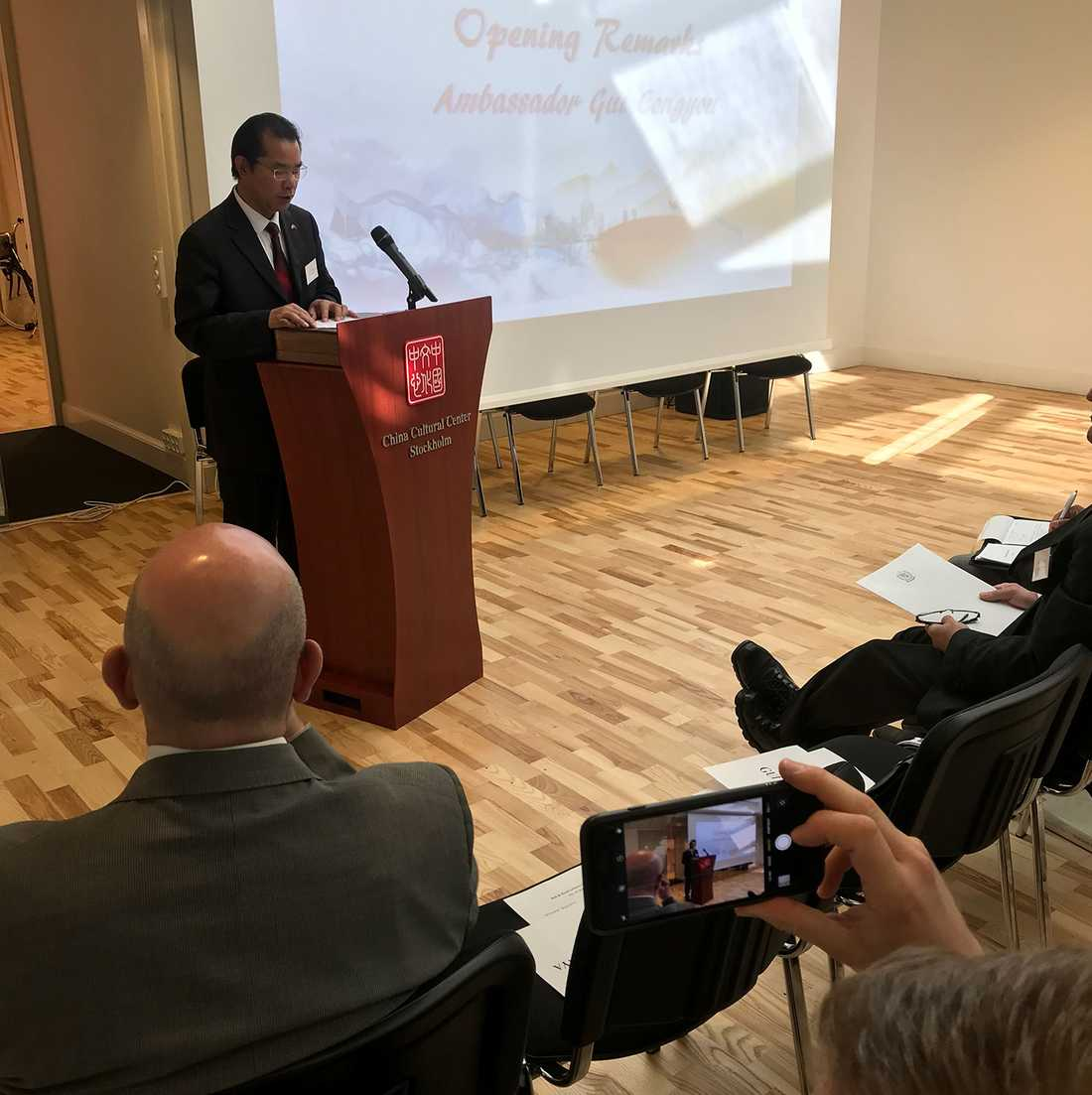 Gui Congyou talar på Schillerinstitutets möte.