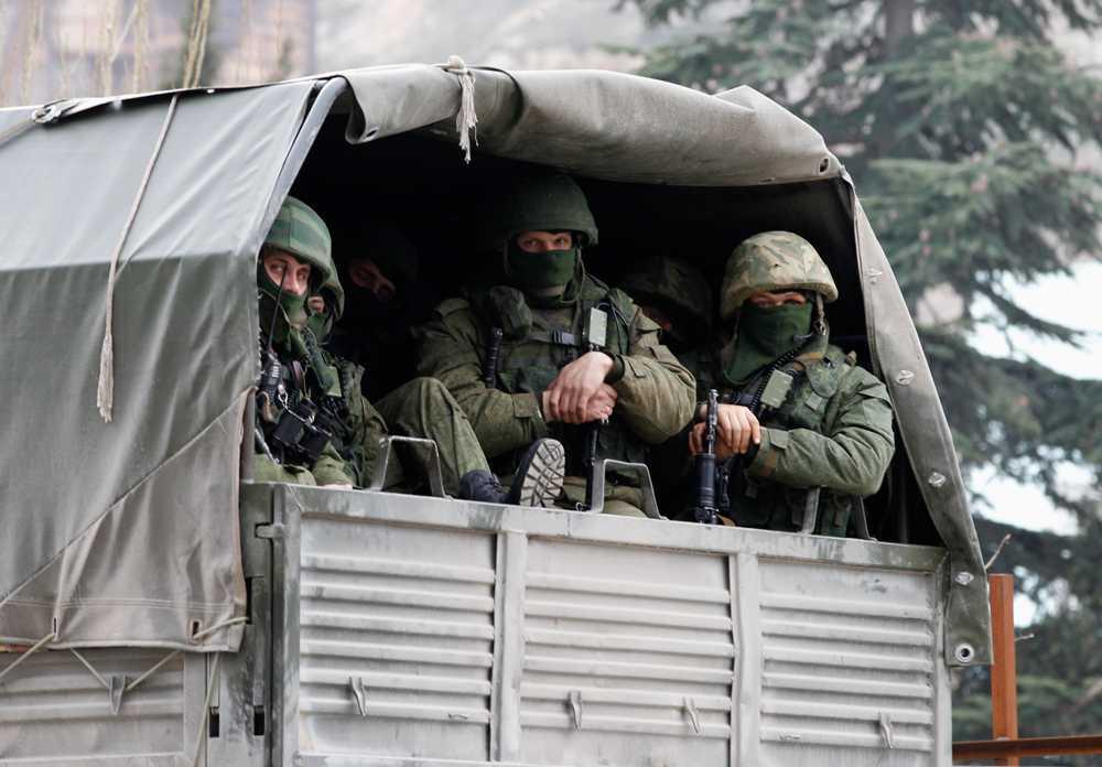Ryska trupper väntar på order utanför en ukrainsk gränskontroll i staden Baclaclava på Krim-halvön.