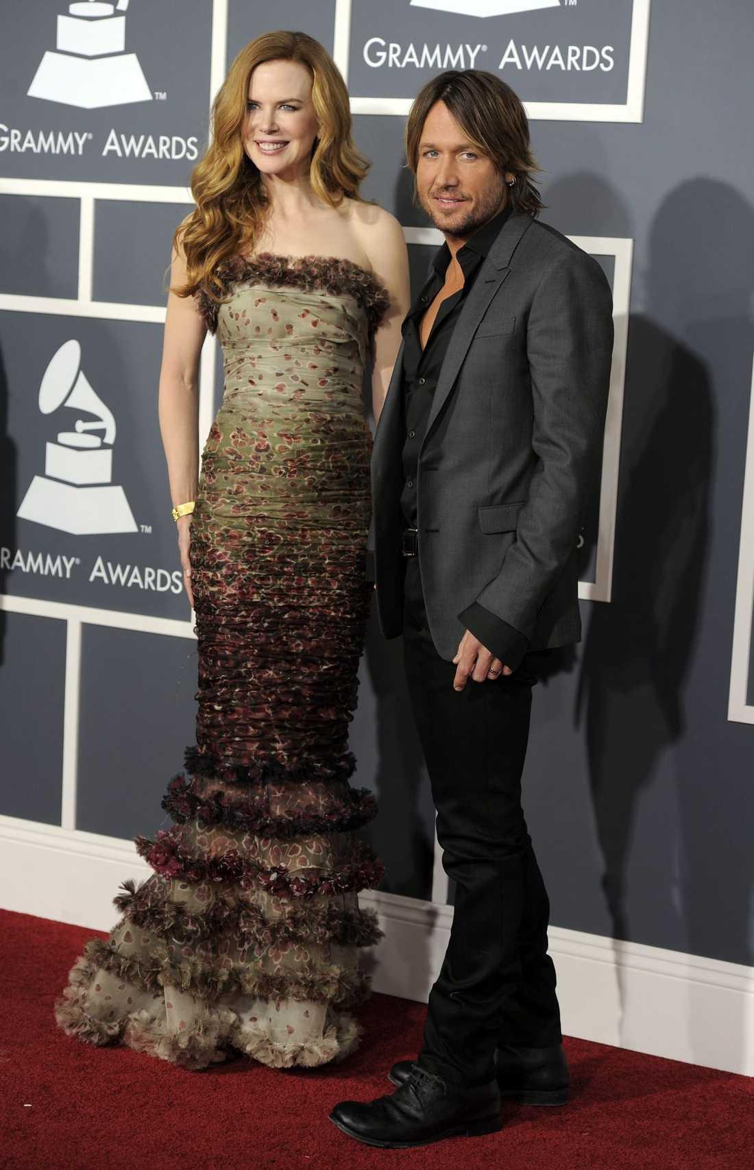 Nicole Kidman i tjusig klänning från Jean Paul Gaultier, Keith Urban satsar på en avslappnad look med uppknäppt skjorta.