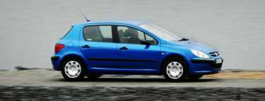 Nio bilar av märket Peugeot har börjat brinna i Danmark.