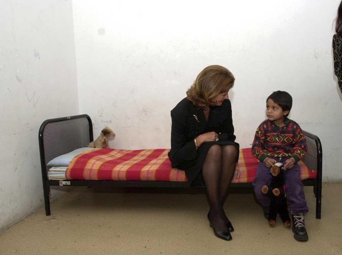 Drottning Silva besöker ett barnhem i Bulgarien 2000. Arkivbild