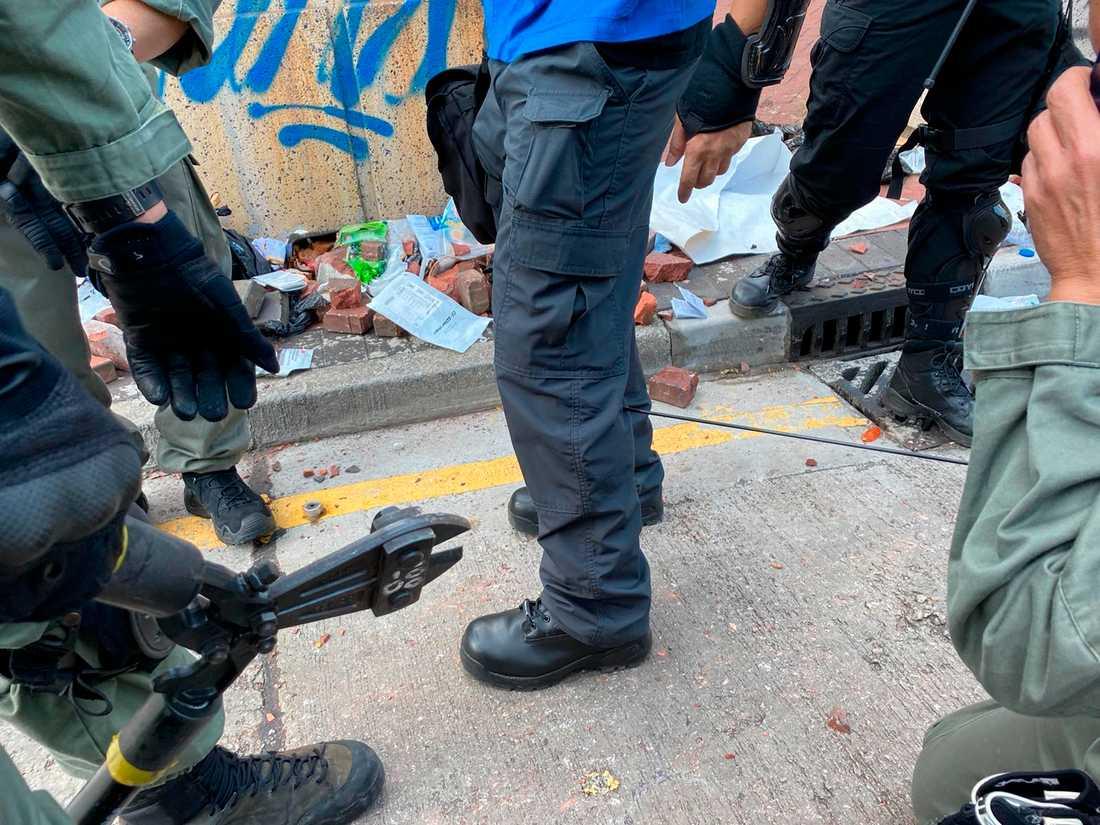 I en bild som släppts från polismyndigheten i Hongkong förbereder sig polisen för att ta bort en pil som träffat en polisanställd.