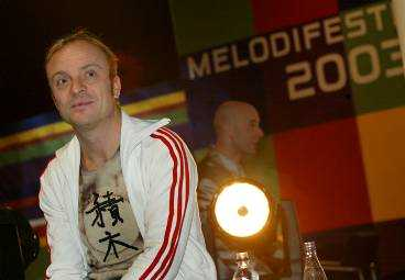 """""""DET FÅR VARA EN GRÄNS FÖR TRAMS"""" Jonas Gardell, som ledde Melodifestivalen tillsammans med maken Mark Levengood (i bakgrunden) går nu till motattack efter Siewert Öholms anklagelser om en """"homolobby"""". - Jag tycker att Siewert Öholm lämnat jorden sedan några år tillbaka och svävar runt i ett eget universum, säger Gardell."""