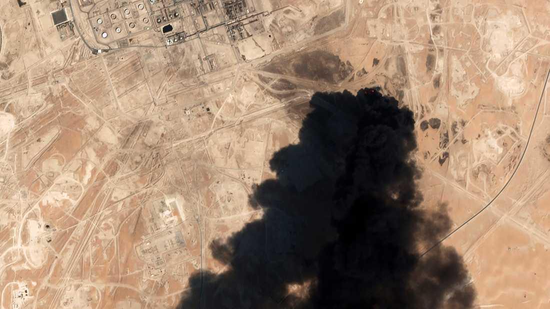 Tjock svart rök steg i lördags från Saudi Aramcos oljeanläggning i Abqaiq. Arkivbild.
