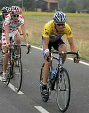 Lance Armtrong strax före dansken Rasmussen. I mål var avståndet betydligt större och dansken hade tappat sin andraplats i sammandraget.
