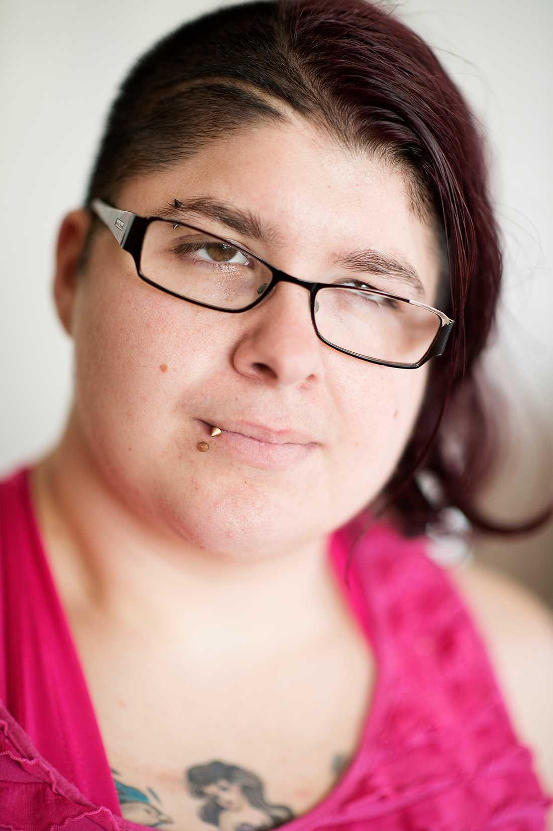 Emmy Skarp, 23, förlamades efter en hjärntumör hon drabbades av vid fyra års ålder.