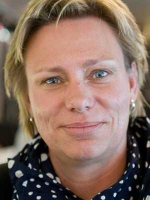 Lön: 27 400 kronor.  Karina Björk, 46. Examen: Grundskollärare. 17 år i yrket.  – Det måste bli attraktivt att vara lärare. De bästa studenterna ska vilja konkurrera om utbildningsplatserna. För elevernas skull.