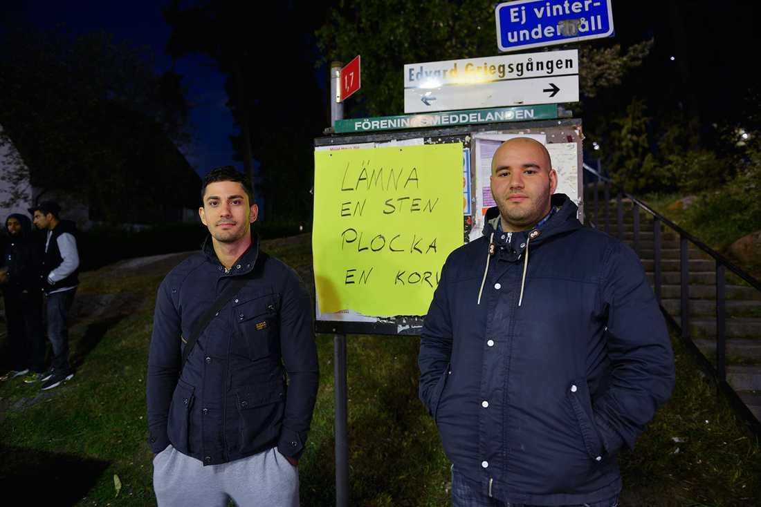 """I Husby var det lugnt på fredagskvällen. Majid och Zakaria bland andra delade ut korv till folk under parollen """"Lämna en sten, plocka en korv""""."""
