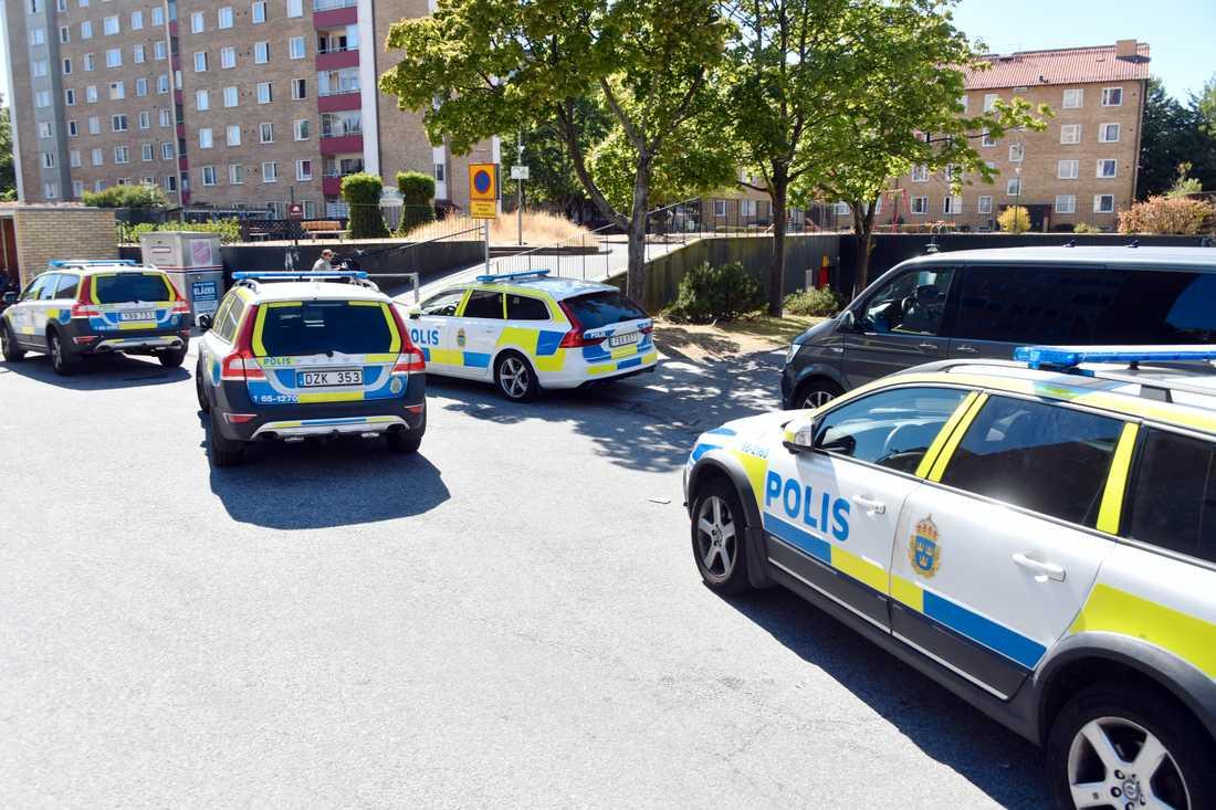 Polisen söker just nu efter flera gärningsmän.