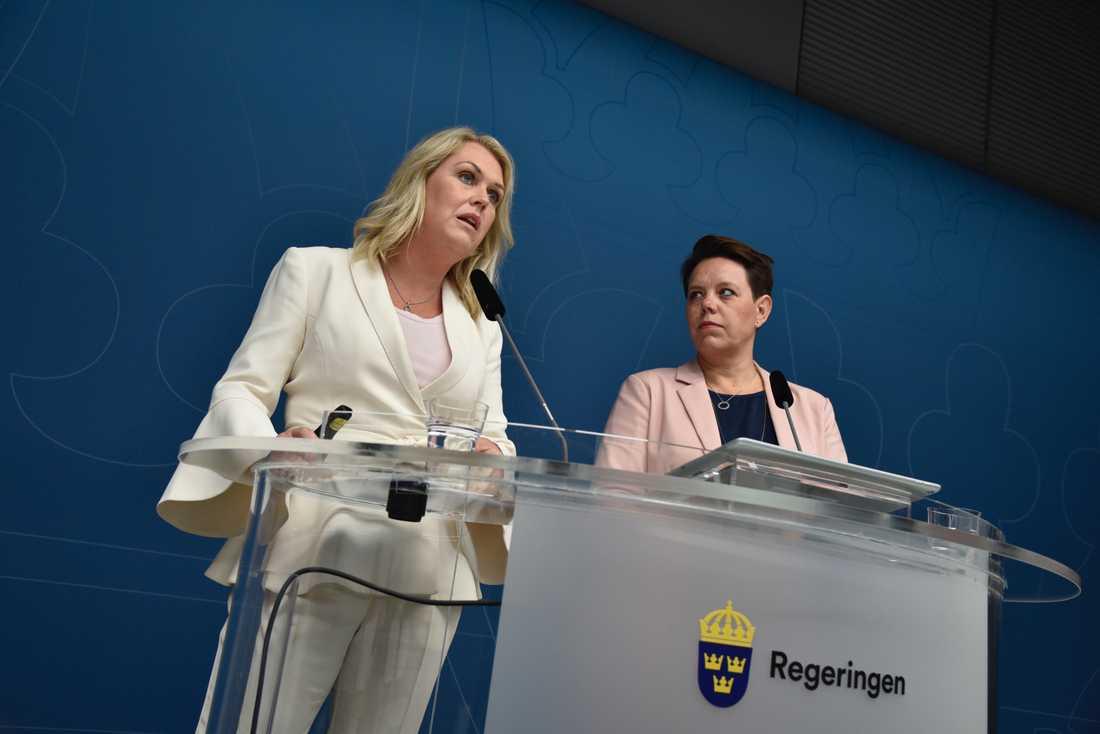 – Det är viktigt att få en helhet så att alla bitarna hänger ihop, säger Marie Morell, ordförande i sjukvårdsdelegationen på Sveriges Kommuner och Landsting (SKL) om regeringens satsning. Här med socialminister Lena Hallengren (S).