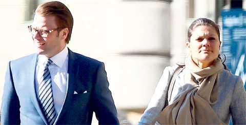 JÄMSTÄLLDA MAKAR? Kronprinsessans önskan om brudöverlämning möts av massiv kritik från svenska präster – som tycker att Victoria och Daniel Westling ska gå in i kyrkan tillsammans