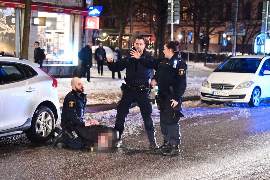 Polisen griper en man, misstänkt från dådet.