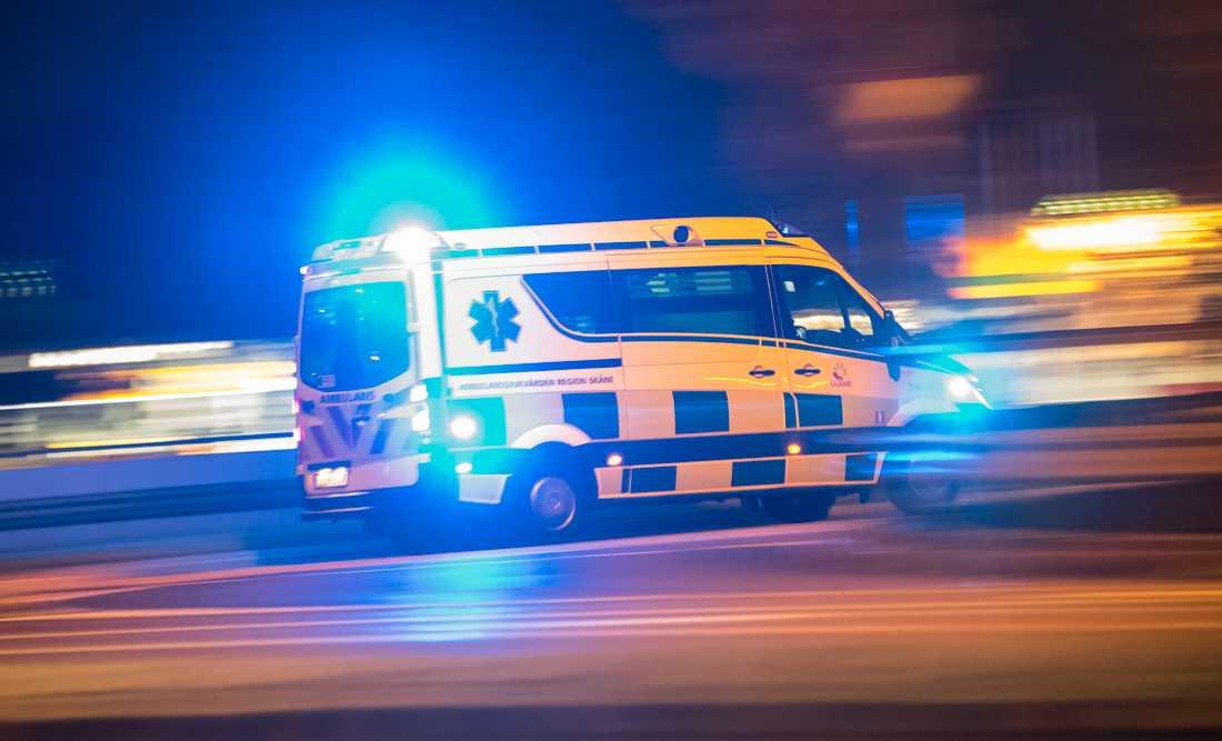 Den knivskurne har förts med ambulans till sjukhus. Händelsen utreds som dråpförsök alternativt grov misshandel. Arkivbild.