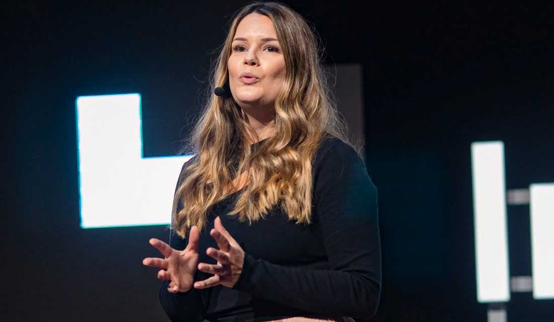 """""""Vissa individer får mer makt än etablerade nyhetskällor"""", säger Cecilia Victoria Kärrberg, social medie-strateg och vd på Digitalsnack, om influencers på Tiktok."""