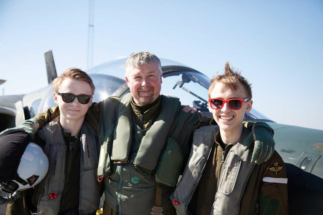 Jens Andersson var pilot för dagen och bjöd Albin och hans bror Emil (till höger) på en riktig åktur. I många år har Jens arbetat som flyglärare på skolan.