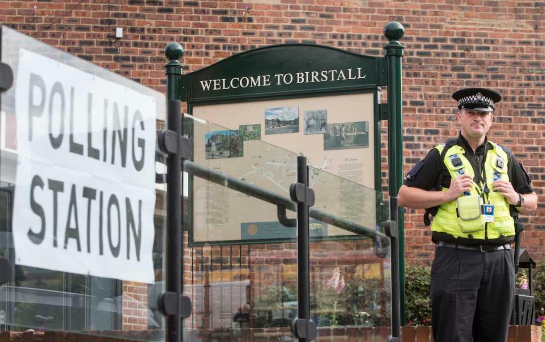 En polisman utanför vallokallen vid Birstall Library i West Yorkshire i torsdags.
