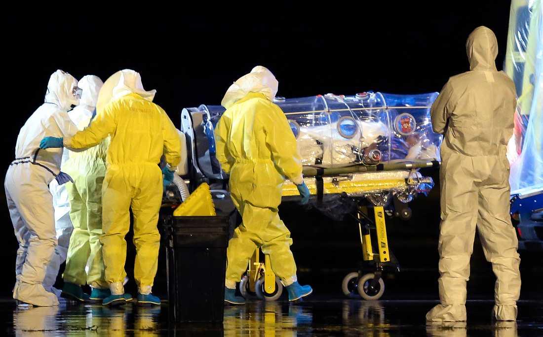 En spansk kvinna som vårdat en ebolasjuk person i Madrid insjuknade i ebola men friskförklarades i slutet av oktober.