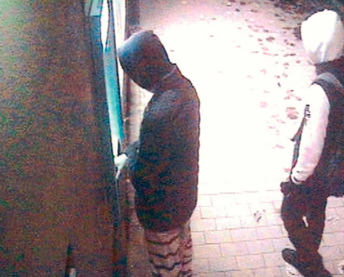 Övervakningsbilder visar hur de misstänkta gärningsmännen hämtade ut pengar med offrets kontokort.