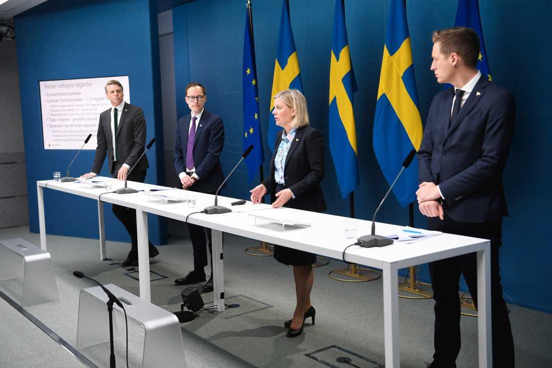 Finansmarknadsminister Per Bolund (MP), Mats Persson ekonomisk-politisk talesperson i Liberalerna, finansminister Magdalena Andersson (S) och Emil Källström ekonomisk-politisk talesperson i Centerpartiet.