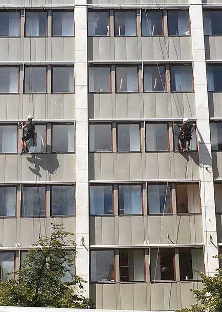 I första hand ska fasta fallskydd användas, som skylift, arbetskorg eller ställning.