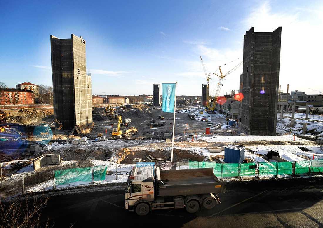 Februari 2011 Efter att ha rivit affärslokaler som låg på platsen började det sprängas bort sten. Från Aftonbladets redaktion i huskroppen bredvid gick det att beskåda smällarna varje eftermiddag.