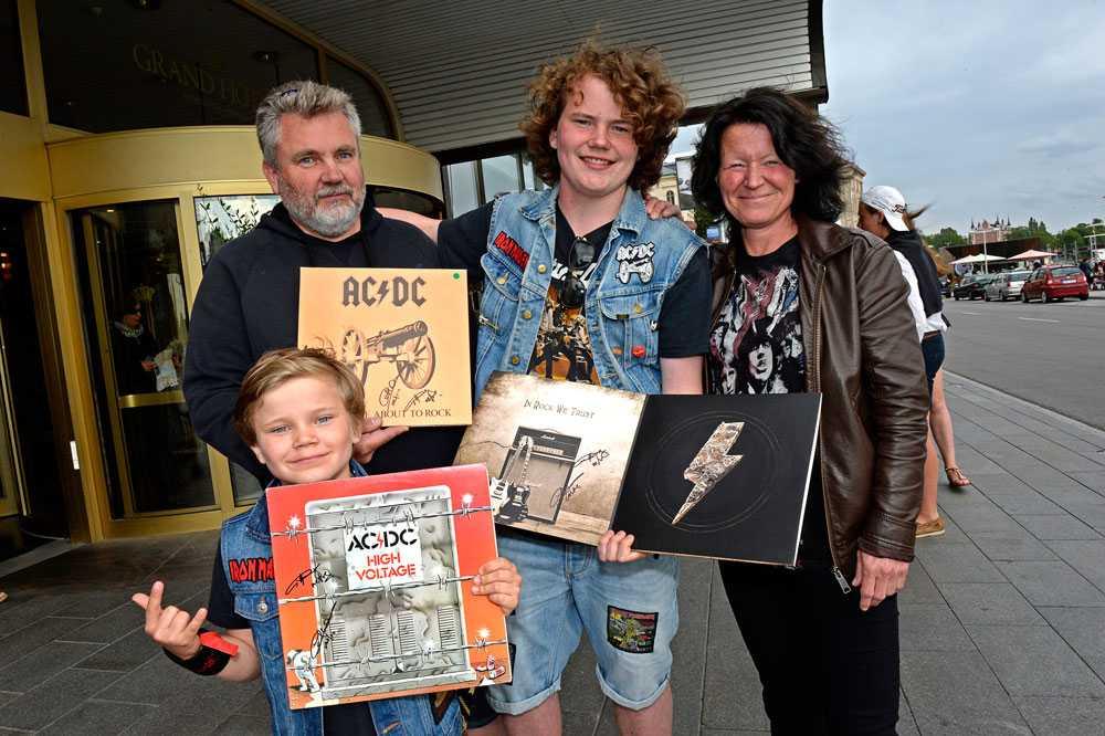 Hårdrockarfamiljen från Sollerön fick träffa sina idoler. Från vänster: pappa Mats-Åke Gunnarsson, storebror David 15 år, mamma Sussi Hammarbäck och lillebror Isak 8 år.