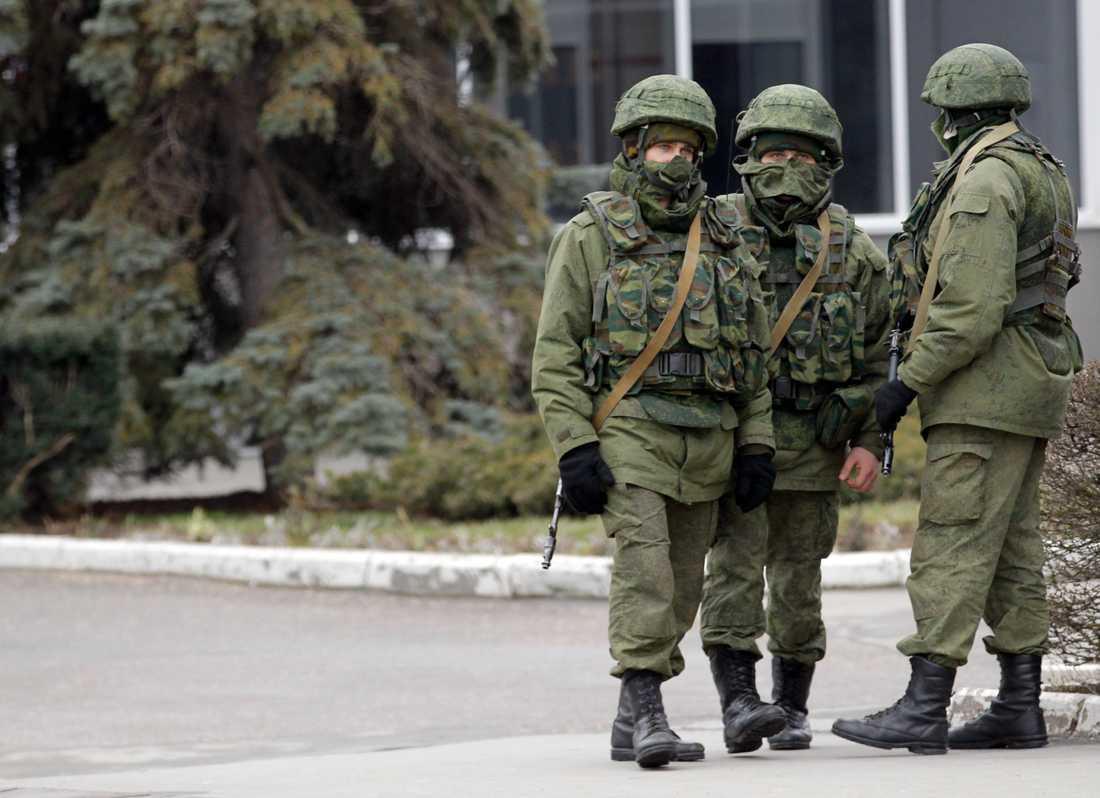 Oidentifierade soldater vid flygplatsen i Simferopol den 28 februari 2014.
