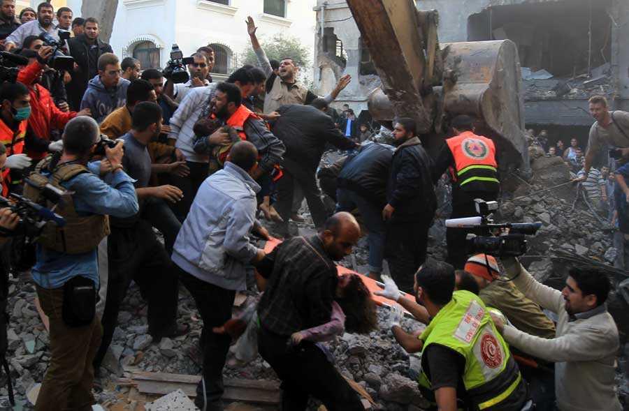 En israelisk raket slog ner i ett hus på Gaza och dödade minst sju familjemedlemmar.