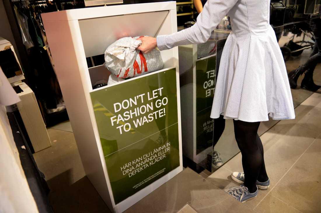 Vissa klädkedjor, som H&M, har infört ett återlämningssystem för kläder och textilier som kan liknas med pantning. Arkivbild.