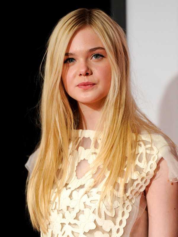 Elle Fanning spelar den lite äldre versionen av prinsessan Aurora.