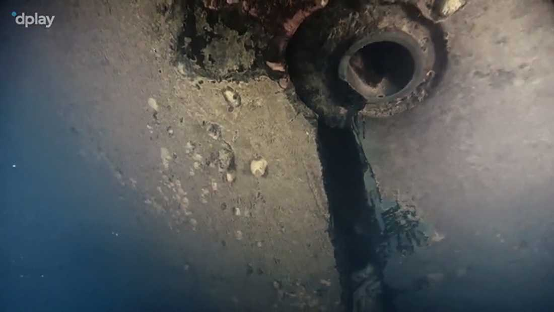 Hålet är enligt uppgifterna i dokumentärserien, producerad av Dplay, fyra meter högt och har tidigare delvis legat dolt mot sjöbottnen.