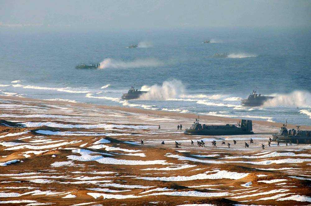 Bilder från Nordkorea visar militärövningar. Bilden har anklagats för att vara manipulerad och att flera av svävarna har lagts in i bilden.