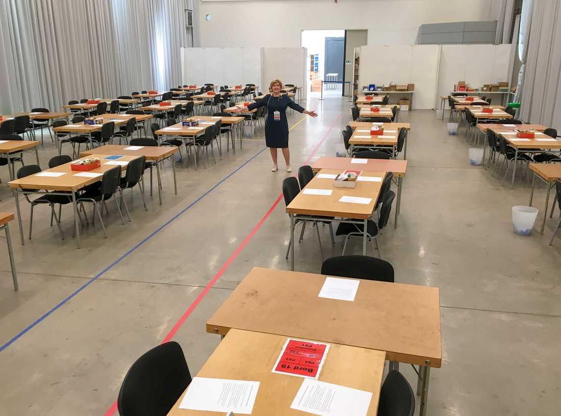 """Anna Blomberg, valansvarig i Västra Götalands län, stor mitt i """"Fabriken"""". Här kommer med start på måndag morgon 140 rösträknare att räkna omkring 700000 valsedlar för hand."""