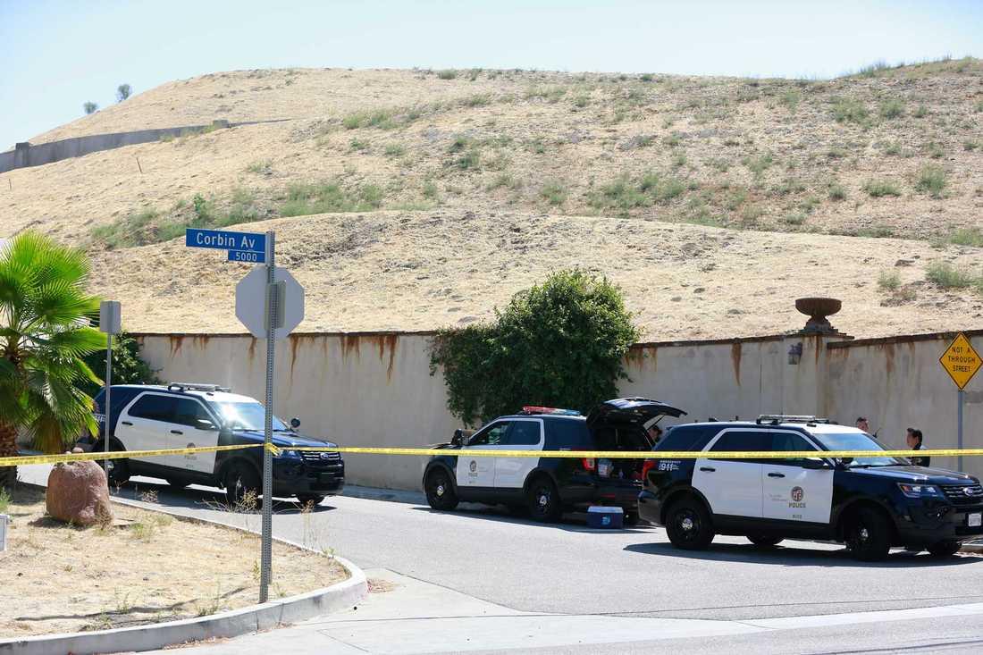 Polisbilar utanför Chris Browns hus.