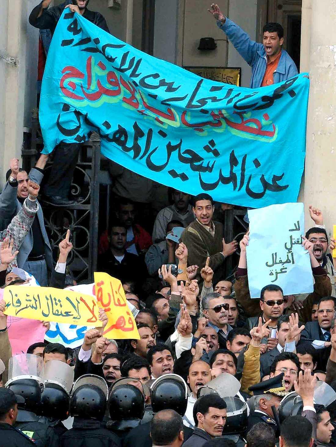 SVARTMÅLAD RÖRELSE Det muslimska brödraskapet protesterar i Alexandria 2008 mot att Mubarak-regimen förföljer gruppens medlemmar.